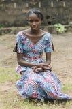 Belleza africana que sienta al aire libre la presentación debajo del sol Fotografía de archivo