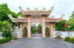 Belleza arquitectónica de la puerta del templo antiguo en campo Fotos de archivo libres de regalías