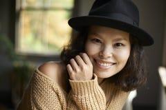 Belleza asiática en sombrero negro Fotos de archivo libres de regalías