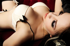 Belleza atractiva en el sofá rojo Imágenes de archivo libres de regalías