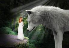 Belleza, bestia, mujer bonita, lobo imagenes de archivo