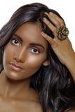 Belleza bronceada con un anillo fotos de archivo