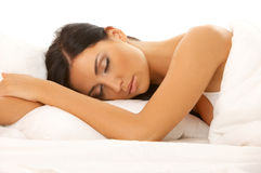 Belleza cabelluda negra en cama Imagen de archivo libre de regalías
