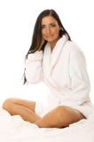 Belleza cabelluda negra en cama Fotografía de archivo libre de regalías
