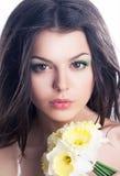 Belleza. Cara sensual de la mujer con el ramo de flores Foto de archivo