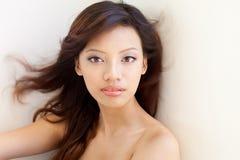 Belleza china asiática atractiva, pelo azotado por el viento Imagenes de archivo
