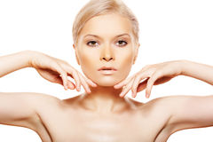 Belleza con el maquillaje del día natural que toca su cara Imágenes de archivo libres de regalías