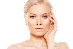 Belleza con el maquillaje del día natural que toca su cara Imagen de archivo