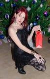 Belleza con el regalo de la Navidad Imagen de archivo