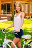 Belleza con la bici Imágenes de archivo libres de regalías