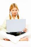 Belleza con la computadora portátil fotos de archivo
