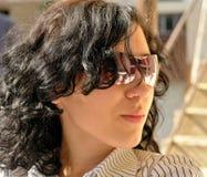 Belleza con las gafas de sol Fotos de archivo libres de regalías
