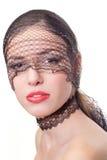 Belleza con los labios rojos en máscara negra fotografía de archivo