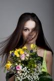Belleza con un manojo de flores Imagenes de archivo