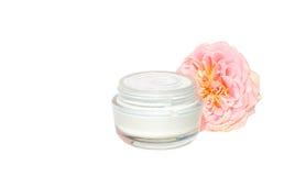 Belleza cosmética poner crema del cuidado de piel orgánica con la flor rosada Imagenes de archivo