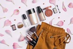 Belleza, cosméticos decorativos Sistema de cepillos del maquillaje y paleta del sombreador de ojos del color en el fondo blanco,  Fotos de archivo