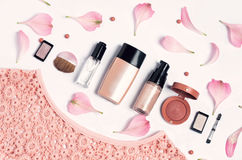 Belleza, cosméticos decorativos Sistema de cepillos del maquillaje y paleta del sombreador de ojos del color en el fondo blanco,  Imagen de archivo