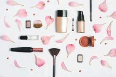 Belleza, cosméticos decorativos Sistema de cepillos del maquillaje y paleta del sombreador de ojos del color en el fondo blanco,  Foto de archivo