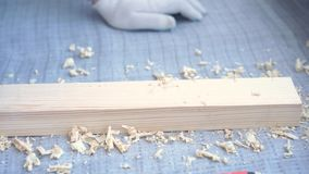 Belleza de la c?mara lenta en la construcci?n y la reparaci?n - carpintero principal monta el piso de madera de pino - suelo resp almacen de metraje de vídeo