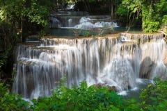 Belleza de la cascada múltiple de la corriente en bosque profundo tropical Fotos de archivo