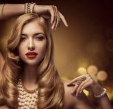 Belleza de la joyería de la mujer, modelo de moda Makeup, retrato de la chica joven Fotografía de archivo libre de regalías