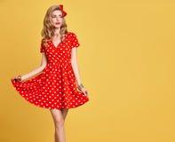 Belleza de la manera Sonrisa modela de la muchacha Polca Dots Dress Imágenes de archivo libres de regalías