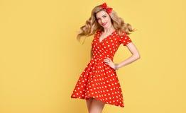 Belleza de la manera Sonrisa modela de la muchacha Polca Dots Dress Foto de archivo libre de regalías