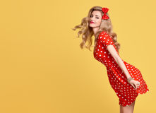 Belleza de la manera Sonrisa modela de la muchacha Polca Dots Dress Fotografía de archivo libre de regalías