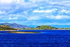 Belleza de la naturaleza noruega: el mar y los fiordos Foto de archivo