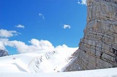 Belleza de la naturaleza, paisaje alpino que sorprende con las rocas, caminando en soporte, cielo azul, nubes, humo, niebla, niev fotos de archivo