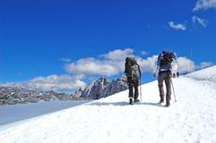 Belleza de la naturaleza, paisaje alpino que sorprende con las rocas, caminando en soporte, cielo azul, nubes, nieve, sol foto de archivo libre de regalías