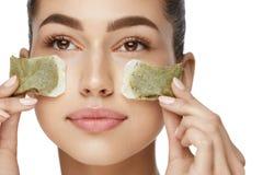 Belleza de la piel del ojo Mujer joven con maquillaje facial natural imágenes de archivo libres de regalías