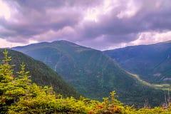 Belleza de las montañas debajo de las nubes fotos de archivo libres de regalías