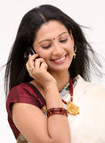 Belleza de risa que habla sobre móvil Imagen de archivo