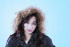 Belleza del adolescente con la chaqueta del invierno Foto de archivo