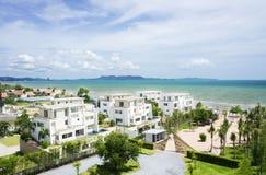 Belleza del cielo azul y del pueblo blanco al lado de la playa Imágenes de archivo libres de regalías