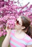 Belleza del tiempo de primavera Cerezo que huele f del adolescente joven Fotografía de archivo libre de regalías