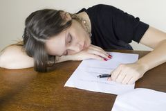 Secretaria atractiva de la muchacha dormida en su mesa