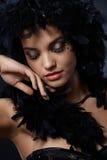 Belleza elegante con la boa de plumas Fotos de archivo libres de regalías