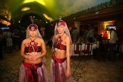 Belleza en el harén del sultán participantes que bailan la demostración en trajes orientales Foto de archivo