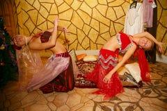 Belleza en el harén del sultán participantes que bailan la demostración en trajes orientales Imágenes de archivo libres de regalías