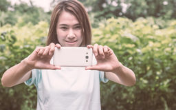 Belleza en teléfono elegante Foto de archivo