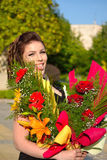 Belleza feliz con los ramos de la flor Imágenes de archivo libres de regalías