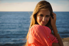 Belleza feliz del mar de la sonrisa de la mujer joven del retrato Foto de archivo libre de regalías