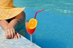 Belleza femenina real que se relaja en piscina Imagen de archivo