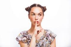 Belleza Girl modelo adolescente que piensa o que elige Muchacha adolescente alegre hermosa con las pecas, el peinado divertido y  fotografía de archivo libre de regalías