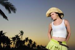 Belleza hispánica tropical en la playa en la puesta del sol imagen de archivo