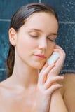 Belleza joven debajo de la ducha Imagen de archivo libre de regalías