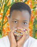 Belleza joven del Afro que juega con las perlas en un oasis Fotografía de archivo libre de regalías