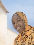 Belleza joven del Afro que lleva un pañuelo en la calle y la sonrisa Imagen de archivo